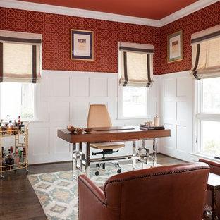 Klassisches Arbeitszimmer mit Arbeitsplatz, roter Wandfarbe, dunklem Holzboden und freistehendem Schreibtisch in Dallas