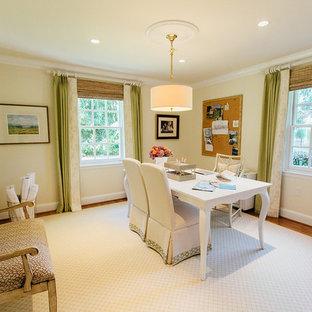 Ispirazione per una stanza da lavoro tradizionale di medie dimensioni con scrivania autoportante, pareti gialle, parquet chiaro, nessun camino e pavimento marrone