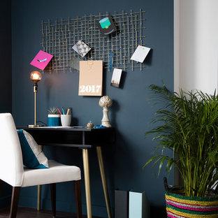 ロンドンのコンテンポラリースタイルのおしゃれなホームオフィス・書斎 (ベージュの壁、濃色無垢フローリング、自立型机、茶色い床) の写真