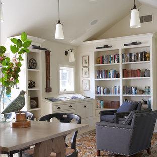 Immagine di uno studio classico di medie dimensioni con libreria, scrivania autoportante, pavimento bianco, pareti bianche, pavimento in gres porcellanato e nessun camino