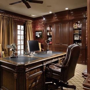 Immagine di un ufficio vittoriano di medie dimensioni con moquette, scrivania autoportante, pareti rosse e pavimento beige
