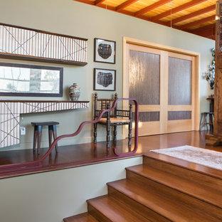 ロサンゼルスのアジアンスタイルのおしゃれなホームオフィス・書斎 (緑の壁) の写真