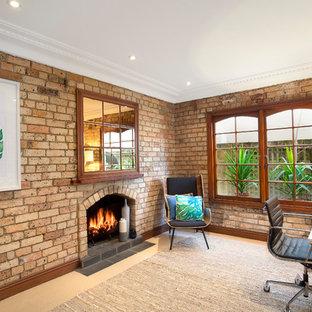 シドニーのエクレクティックスタイルのおしゃれな書斎 (カーペット敷き、標準型暖炉、レンガの暖炉まわり、自立型机、ベージュの床、茶色い壁) の写真