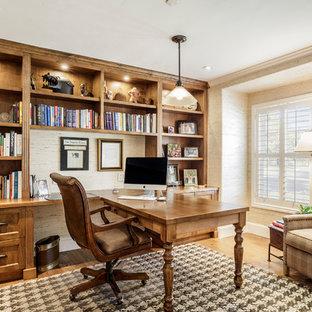 サンフランシスコの大きいトラディショナルスタイルのおしゃれなホームオフィス・仕事部屋 (ベージュの壁、無垢フローリング、造り付け机、ライブラリー、暖炉なし) の写真