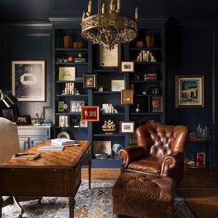 Ispirazione per uno studio classico con libreria, pareti blu, nessun camino, scrivania autoportante e parquet scuro