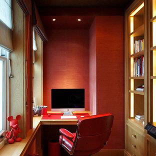 ロンドンの中くらいのトラディショナルスタイルのおしゃれな書斎 (赤い壁、濃色無垢フローリング、造り付け机、茶色い床) の写真