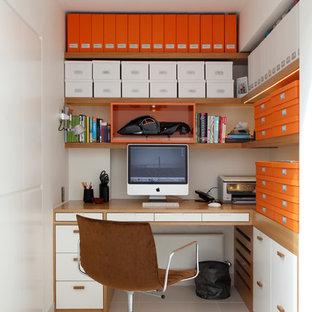 Inspiration för ett litet funkis hemmabibliotek, med vita väggar och ett inbyggt skrivbord