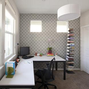 サンフランシスコの中くらいのコンテンポラリースタイルのおしゃれなホームオフィス・書斎 (カーペット敷き、自立型机、マルチカラーの壁、暖炉なし、グレーの床) の写真