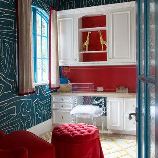Cette image montre un bureau bohème avec un mur rouge, moquette, un bureau intégré et un sol multicolore.