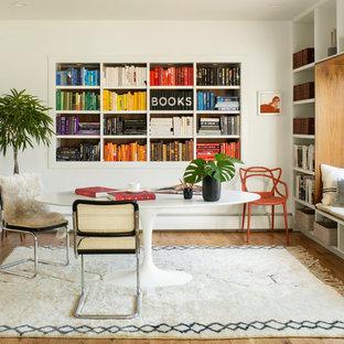 Удачное сочетание для дизайна помещения: кабинет в скандинавском стиле с библиотекой, белыми стенами, паркетным полом среднего тона, отдельно стоящим рабочим столом и коричневым полом - самое интересное для вас