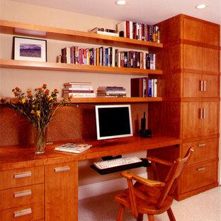 サンフランシスコのトランジショナルスタイルのおしゃれな書斎 (カーペット敷き、造り付け机) の写真