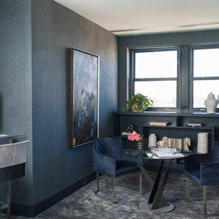 Cette image montre un bureau design de taille moyenne avec un mur bleu, moquette, un bureau intégré et un sol bleu.