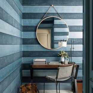 Esempio di un piccolo studio design con pareti blu, moquette, pavimento grigio e scrivania autoportante