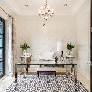 Klassisk inredning av ett mellanstort arbetsrum, med vita väggar, marmorgolv, ett fristående skrivbord och beiget golv