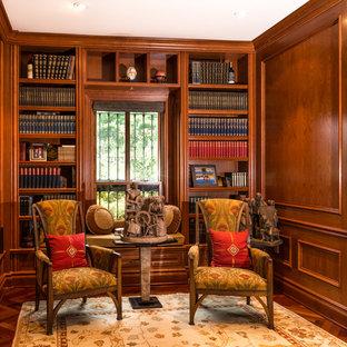 Mittelgroßes Klassisches Arbeitszimmer mit Arbeitsplatz, brauner Wandfarbe, dunklem Holzboden und Einbau-Schreibtisch in Washington, D.C.