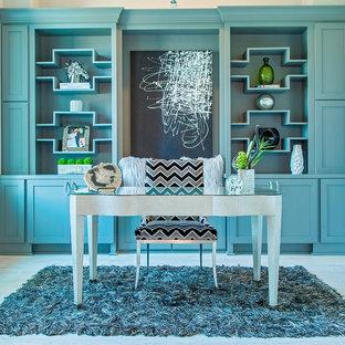 Esempio di un grande ufficio minimalista con pareti blu, nessun camino, scrivania autoportante e pavimento in gres porcellanato