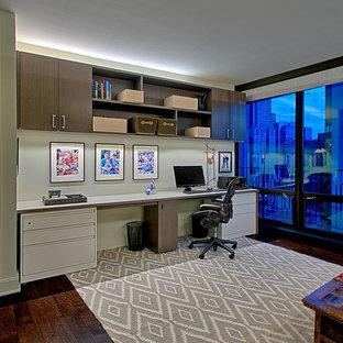 シカゴの中くらいのコンテンポラリースタイルのおしゃれなホームオフィス・書斎 (グレーの壁、濃色無垢フローリング、暖炉なし、造り付け机) の写真