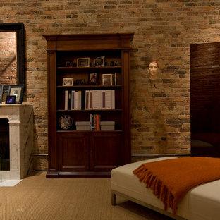 Exemple d'un grand bureau industriel avec moquette, une cheminée standard, un manteau de cheminée en pierre, un mur multicolore et un bureau indépendant.