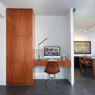 Bild på ett mellanstort funkis arbetsrum, med vita väggar, klinkergolv i porslin, ett inbyggt skrivbord och grått golv