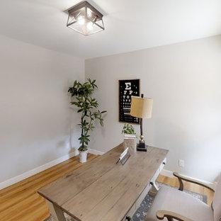 サクラメントの中くらいのカントリー風おしゃれなアトリエ・スタジオ (グレーの壁、ラミネートの床、自立型机、茶色い床) の写真