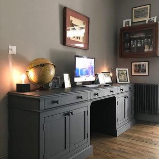 Exemple d'un grand bureau romantique avec un mur gris, un sol en bois brun, une cheminée standard, un manteau de cheminée en métal, un bureau indépendant et un sol marron.