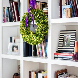 ソルトレイクシティの中サイズのシャビーシック調のおしゃれな書斎 (白い壁、淡色無垢フローリング、自立型机、ベージュの床) の写真