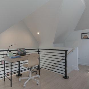 他の地域の小さいモダンスタイルのおしゃれなホームオフィス・仕事部屋 (ライブラリー、白い壁、クッションフロア、自立型机、ベージュの床) の写真