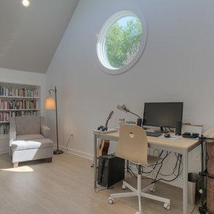 他の地域の小さいモダンスタイルのおしゃれなホームオフィス・書斎 (ライブラリー、白い壁、クッションフロア、自立型机、ベージュの床) の写真