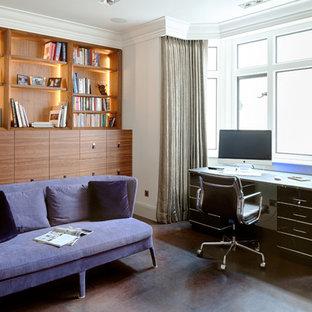 Ispirazione per uno studio minimal di medie dimensioni con pareti bianche, pavimento in linoleum, scrivania autoportante e pavimento marrone