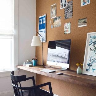 Diseño de despacho clásico renovado, pequeño, sin chimenea, con escritorio empotrado