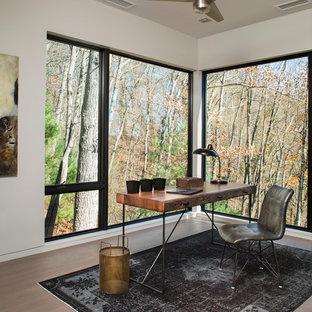 Immagine di un ufficio design di medie dimensioni con pavimento in legno massello medio, nessun camino, scrivania autoportante e pareti bianche