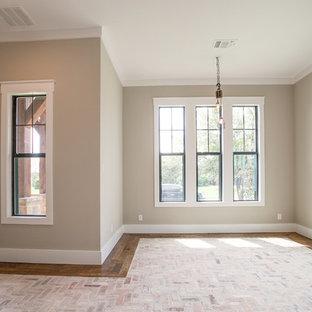 Exempel på ett stort lantligt arbetsrum, med ett bibliotek, beige väggar, tegelgolv, ett fristående skrivbord och flerfärgat golv