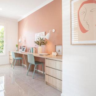 Immagine di un grande ufficio con pareti rosa, pavimento con piastrelle in ceramica, scrivania incassata e pavimento beige