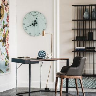 ニューヨークの小さいコンテンポラリースタイルのおしゃれな書斎 (濃色無垢フローリング、自立型机、ベージュの壁、黒い床) の写真