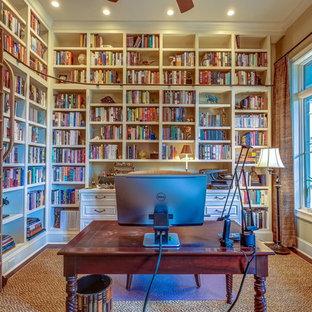 アトランタのトロピカルスタイルのおしゃれなホームオフィス・仕事部屋 (ライブラリー、無垢フローリング、自立型机) の写真