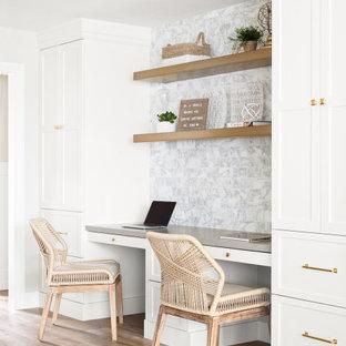 サンフランシスコの小さいおしゃれな書斎 (白い壁、淡色無垢フローリング、暖炉なし、造り付け机、ベージュの床) の写真