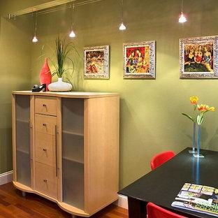 オースティンの小さいエクレクティックスタイルのおしゃれなアトリエ・スタジオ (緑の壁、無垢フローリング、自立型机) の写真