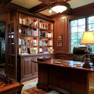 Foto di uno studio chic di medie dimensioni con pareti marroni, pavimento in legno massello medio, camino lineare Ribbon, scrivania autoportante e pavimento marrone