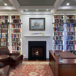 Inspiration för ett mellanstort vintage arbetsrum, med ett bibliotek, gröna väggar, mellanmörkt trägolv, en standard öppen spis, en spiselkrans i trä och orange golv
