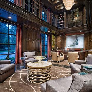ヒューストンの巨大なトランジショナルスタイルのおしゃれな書斎 (茶色い壁、濃色無垢フローリング、暖炉なし、自立型机) の写真