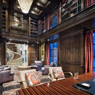 Inredning av ett klassiskt mycket stort hemmabibliotek, med bruna väggar och mörkt trägolv