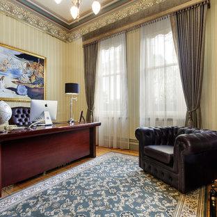 Foto di un ufficio vittoriano con pareti multicolore, pavimento in legno massello medio, camino classico, cornice del camino in pietra, scrivania autoportante e pavimento marrone