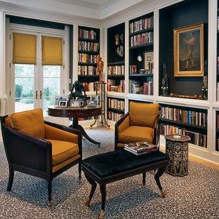 Diseño de despacho tradicional renovado, de tamaño medio, sin chimenea, con paredes azules, moqueta, escritorio independiente y suelo multicolor