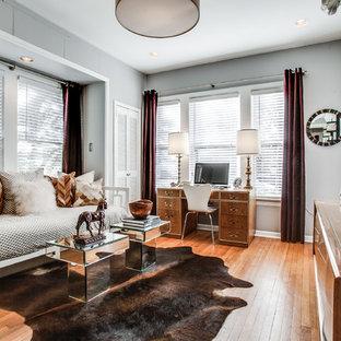 ダラスの大きいトランジショナルスタイルのおしゃれなホームオフィス・仕事部屋 (グレーの壁、淡色無垢フローリング、暖炉なし、自立型机) の写真