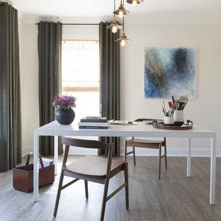 Foto di uno studio minimalista con pareti bianche, pavimento in linoleum e scrivania autoportante