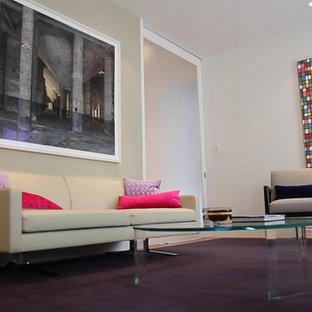 Идея дизайна: рабочее место в современном стиле с белыми стенами, ковровым покрытием, отдельно стоящим рабочим столом и фиолетовым полом