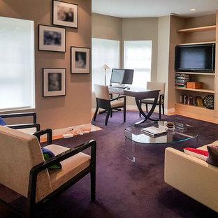 Foto på ett funkis hemmabibliotek, med heltäckningsmatta, ett fristående skrivbord och lila golv