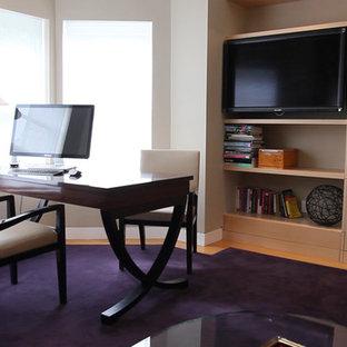 На фото: рабочее место в современном стиле с ковровым покрытием, отдельно стоящим рабочим столом и фиолетовым полом с