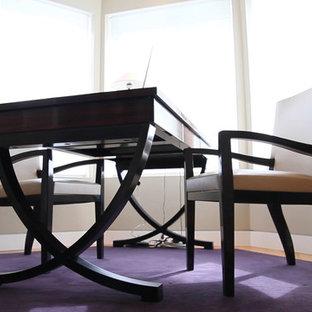 トロントのコンテンポラリースタイルのおしゃれな書斎 (白い壁、カーペット敷き、自立型机、紫の床) の写真