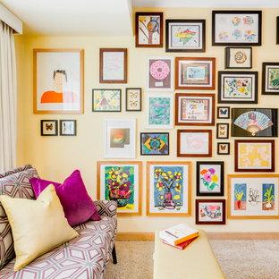 Esempio di uno studio eclettico con pareti gialle, moquette e nessun camino
